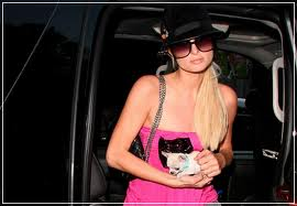 Paris Hilton med hund - som hon nog har rätt till.