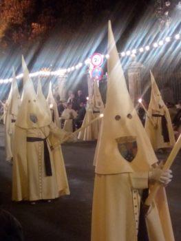Svårbegriplig katolsk tradition i Spanien under Stilla veckan.